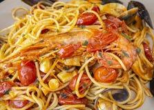 Spaghetti con frutti di mare ed il pomodoro fresco Alimento italiano tradizionale immagini stock libere da diritti