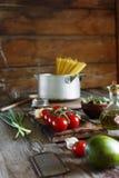 Spaghetti con gli ingredienti per la cottura dei maccheroni su una tavola di legno Stile country appartamento Immagini Stock Libere da Diritti