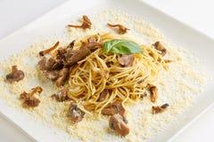 Spaghetti con i funghi ed il formaggio fotografia stock libera da diritti