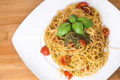Spaghetti con i pomodori ciliegia ed il pesto Immagine Stock