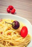 Spaghetti con i pomodori ed il peperoncino rosso immagini stock libere da diritti