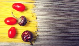 Spaghetti con i pomodori ed il peperoncino rosso immagine stock libera da diritti