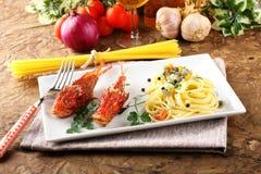 Spaghetti con il brodo fresco dei frutti di mare Immagine Stock