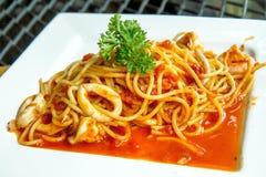 Spaghetti con il calamaro, i gamberetti e la salsa al pomodoro Fotografia Stock