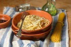 Spaghetti con il formaggio di pecorino ed il pepe - ricetta tradizionale o immagini stock libere da diritti