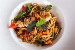 Spaghetti con il gamberetto piccante immagine stock