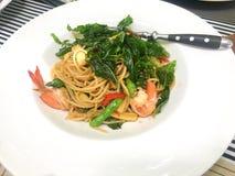 Spaghetti con il peperoncino rosso e kiSpaghetti con il peperoncino rosso ed il gamberetto di re fotografia stock libera da diritti