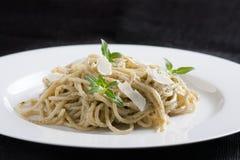 Spaghetti con il pesto immagini stock