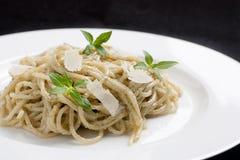 Spaghetti con il pesto fotografie stock
