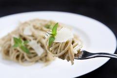 Spaghetti con il pesto fotografia stock libera da diritti