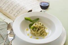 Spaghetti con il pesto immagini stock libere da diritti