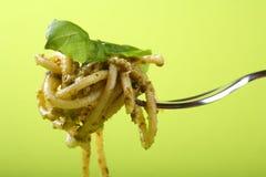 Spaghetti con il pesto sulla forcella immagini stock