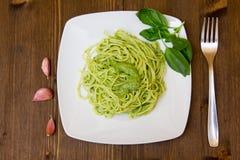 Spaghetti con il pesto sulla tavola di legno Immagini Stock Libere da Diritti