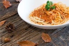 Spaghetti con il pollo in salsa al pomodoro Fotografie Stock Libere da Diritti