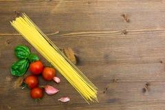 Spaghetti con il pomodoro su legno Fotografia Stock