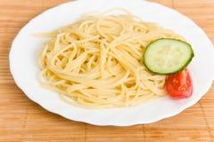 Spaghetti con insalata Immagine Stock