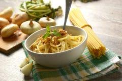 Spaghetti con la cipolla fritta in ciotola bianca - ricetta tradizionale di immagini stock libere da diritti