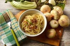 Spaghetti con la cipolla fritta in ciotola bianca - ricetta tradizionale di fotografia stock