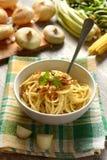 Spaghetti con la cipolla fritta in ciotola bianca - ricetta tradizionale di fotografia stock libera da diritti