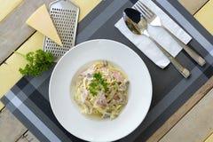 Spaghetti con la crema del fungo e del prosciutto Fotografie Stock Libere da Diritti