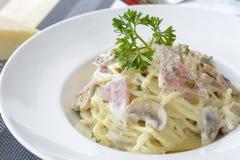 Spaghetti con la crema del fungo e del prosciutto Fotografia Stock Libera da Diritti