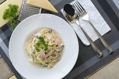Spaghetti con la crema del fungo e del prosciutto Immagini Stock Libere da Diritti