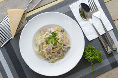 Spaghetti con la crema del fungo e del prosciutto Immagine Stock Libera da Diritti