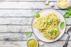 Spaghetti con la salsa casalinga di pesto Fotografia Stock