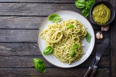 Spaghetti con la salsa casalinga di pesto Fotografia Stock Libera da Diritti