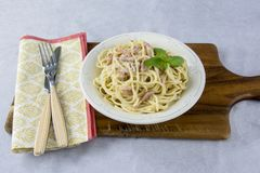 Spaghetti con la salsa di carbonara fotografia stock