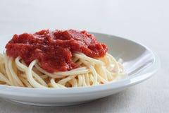 Spaghetti con la salsa di pomodori casalinga fotografia stock libera da diritti