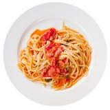 Spaghetti con la salsa di pomodori piccante sulla zolla bianca Fotografia Stock Libera da Diritti