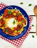 Spaghetti con la salsa e le olive di pomodori Fotografia Stock