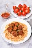 Spaghetti con la salsa e le polpette di pomodori Immagini Stock