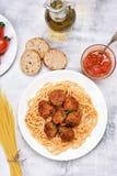 Spaghetti con la salsa e le polpette di pomodori Fotografia Stock
