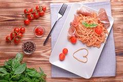 Spaghetti con la salsa ed il bacon di amatriciana fotografia stock