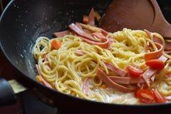 Spaghetti con la salsa ed il basilico di pomodori immagine stock libera da diritti