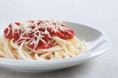 Spaghetti con la salsa ed il formaggio di pomodori casalinghi fotografia stock