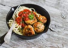 Spaghetti con le polpette del pollo e della salsa al pomodoro in una pentola Immagine Stock Libera da Diritti