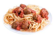 Spaghetti con le polpette e la salsa al pomodoro (isolate su bianco) Fotografia Stock Libera da Diritti