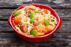Spaghetti con le verdure di estate, formaggio della pasta della salsiccia fotografia stock libera da diritti