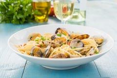 Spaghetti con le vongole, alimento Mediterraneo fotografia stock