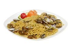 Spaghetti con le vongole ed il prezzemolo isolati su bianco con Fotografia Stock Libera da Diritti