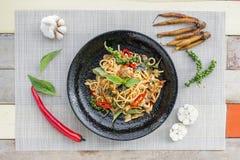 Spaghetti con le vongole, fritte con la pasta del peperoncino rosso Fotografia Stock
