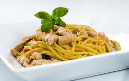 Spaghetti con lo sgombro ed il pomodoro fresco Immagini Stock Libere da Diritti