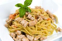 Spaghetti con lo sgombro ed il pomodoro fresco Immagine Stock Libera da Diritti