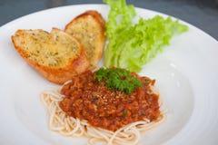 Spaghetti con salsa al pomodoro e carne di maiale tritata Immagini Stock Libere da Diritti