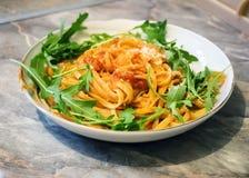 Spaghetti con salsa al pomodoro sulla tavola di legno Fotografie Stock Libere da Diritti