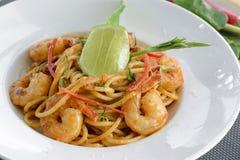 Spaghetti con Tom Yam Goong crema Immagini Stock