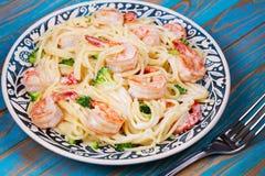 Spaghetti crémeux de crevette et de brocoli photo stock